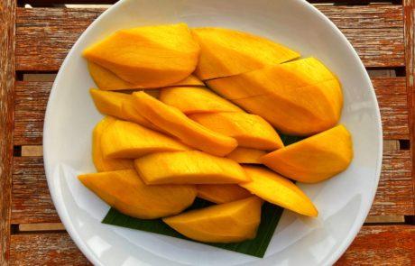 a plate of sliced mangos