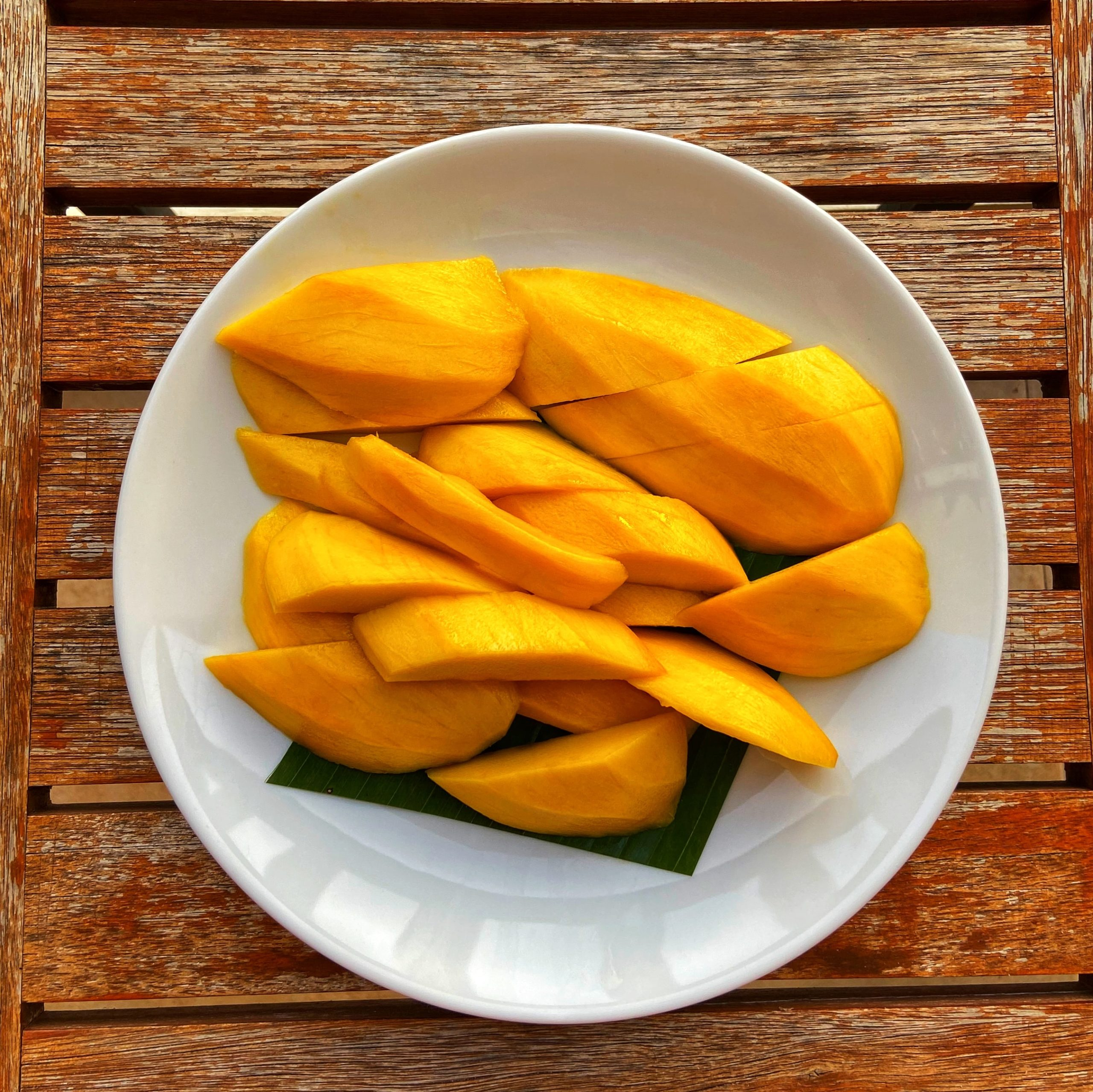 a plate of sliced mangos